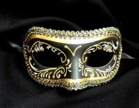 Черная маска с золотым узором