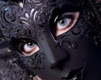 Черная маска с узором