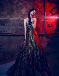 Золотистое узорчатое платье