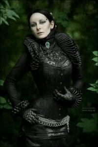 Изящное черное платье с корсетом