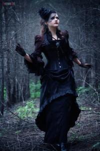 Узкое темное платье