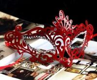Узорчатая красная маска