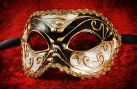 Черно-белая маска с золотым узором