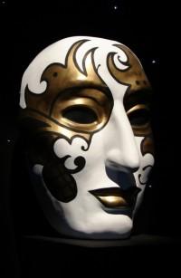 Простая белая маска с золотым рисунком