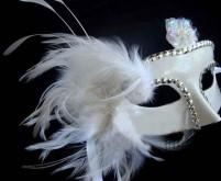 Белая маска с перьями